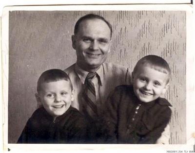 Дедушка Коля с моими папой и дядей.