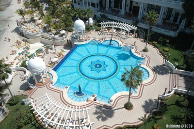 Main pool of Riu Palace Las Americas during the day.