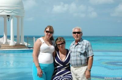 Папа, мама и Лина около бассейна в Riu Palace Las Americas.