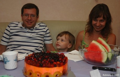 Igan, Vika and Alisa. Hypnotized by the cake.