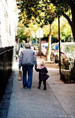 Дедушка и внучка.